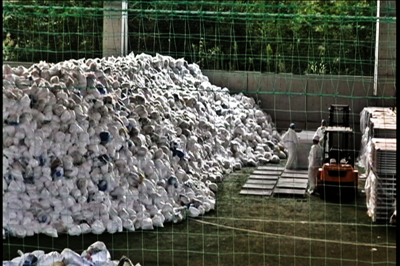 Radioactive wastes dump (Tyvek etc) (2)a